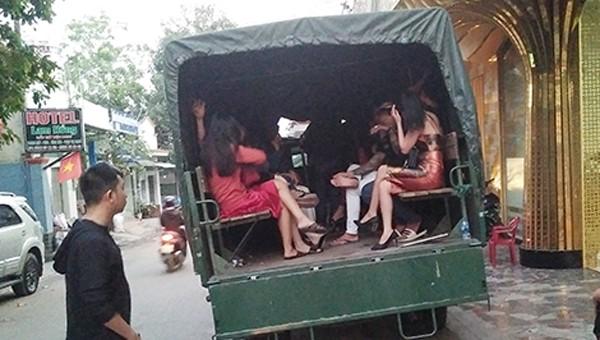Bắt quả tang 17 cô gái thác loạn cùng nhóm trai trong quán karaoke