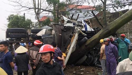 Ô tô container tông lliên hoàn, tài xế chết, 7 người vào viện