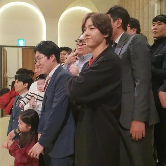 Song Joong Ki xuất hiện trong đám cưới một người bạn hôm 16/3 tại quê nhà của anh. Nam diễn viên dự tiệc cưới một mình, vợ không đi cùng. Sau ồn ào tháo nhẫn, bí mật ly dị vợ, Song Joong Ki càng gây nhiều chú ý khi xuất hiện.