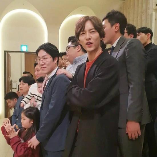 Nam diễn viên ăn mặc đơn giản, kiểu tóc thiếu chải chuốt kỹ lưỡng so với thói quen trước đó. Tờ QQ nhận xét, Song Joong Ki trông gầy hơn trước, gò má nhô cao.