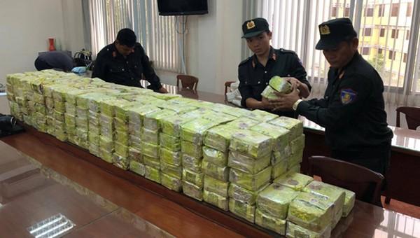 Hàng chục cảnh sát hóa trang, ôm súng vây bắt 'ổ' tội phạm ma túy 'khủng' tại TP HCM