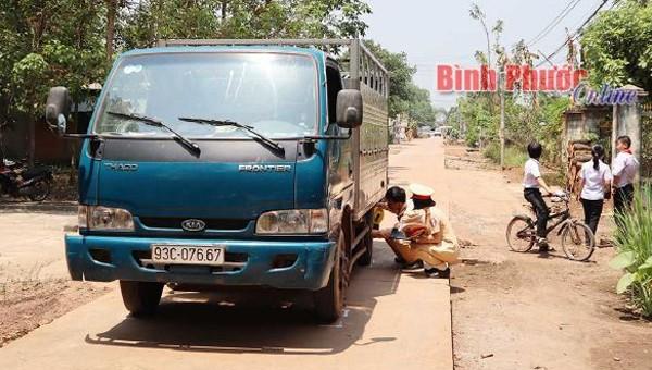 Xe tải tông chết bé gái 15 tháng tuổi trên đường, tài xế không hay biết?
