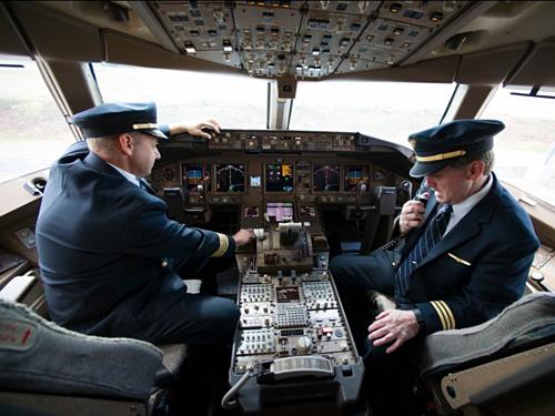 Phi công trong buồng lái của một chiếc Boeing 777. Ảnh:AP.