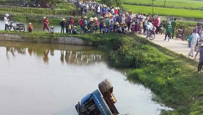 Xe tải tuột dốc va xe máy điện, 2 nữ sinh thiệt mạng