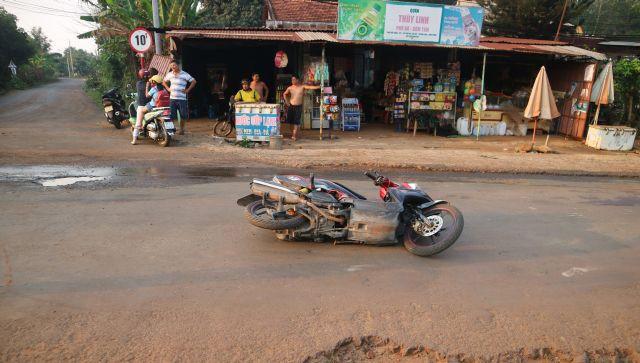 Bị thanh sắt xe máy đi trước tông vào cổ, nam thanh niên thiệt mạng