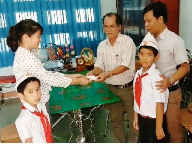 Hai học sinh lớp 3 nhặt được túi vàng liền giao nộp cho nhà trường - 1