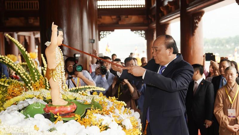 Thủ tướng Nguyễn Xuân Phúc thực hiện nghi lễ tắm Phật ngày khai mạc Vesak 2019