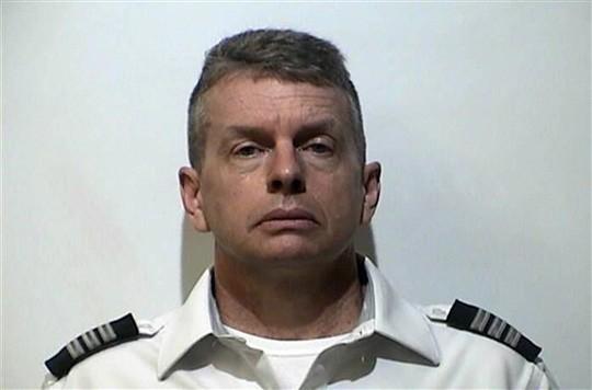 Sắp khởi hành, phi công bị bắt về tội giết 3 người - Ảnh 1.