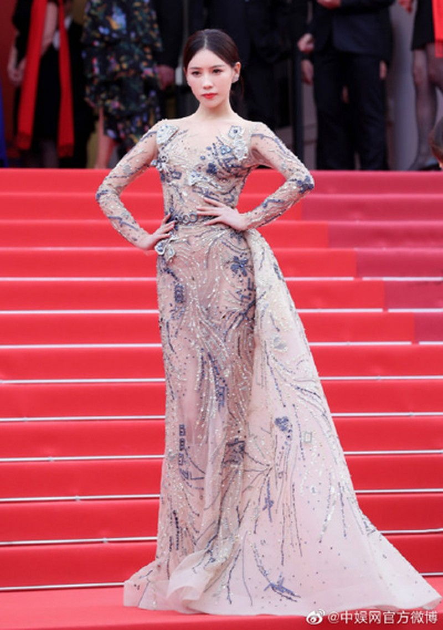 Thi Dư Phi - diễn viên phụ trong Diên Hy Công Lược - bị chỉ trích ở LHP Cannes 2019 do đứng quá lâu trên thảm đỏ.
