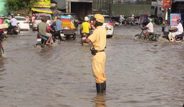 Cảnh báo nguy hiểm khi lưu thông đường TP HCM mùa mưa
