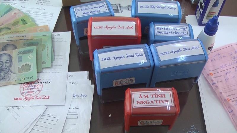 Bắt 3 thanh niên chuyên bán 'giấy tờ Bệnh viện Bạch Mai'