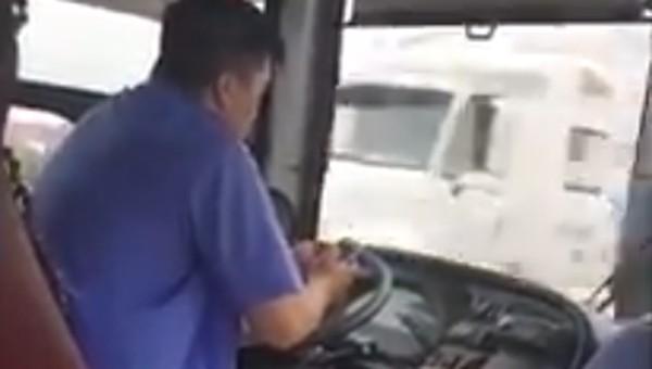 Phạt tiền tài xế dùng điện thoại, lái xe buýt bằng khuỷu tay