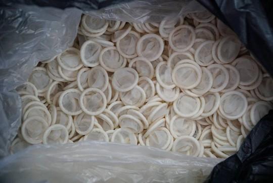 Ớn lạnh với hàng đống bao cao su giả ở TP HCM - Ảnh 2.