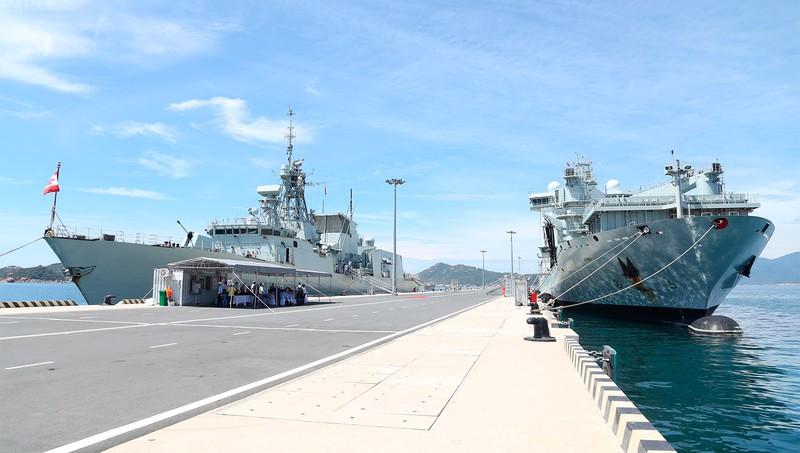 Tàu khu trục có thiết kế tiên tiến nhất thế giới cập cảng Quốc tế Cam Ranh