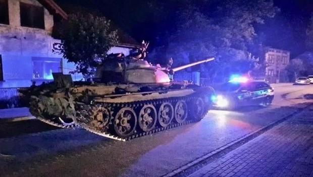 Người đàn ông say xỉn lái xe tăng gây náo loạn đường phố Ba Lan