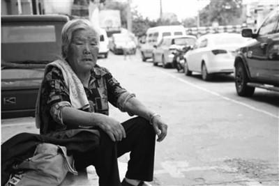Bà Chen ngồi vỉa hè được nhiều người đề nghị hỗ trợ tiền ăn, chỗ ngủ... nhưng bà luôn từ chối. Ảnh: China News.