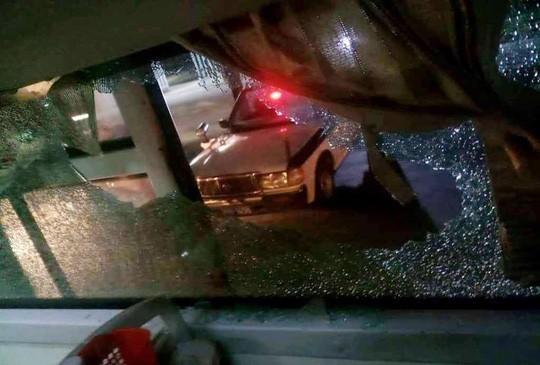 Truy tìm nhóm lạ mặt ném vỡ kính xe khách ở Thanh Hóa làm 1 phụ nữ bị thương - Ảnh 1.