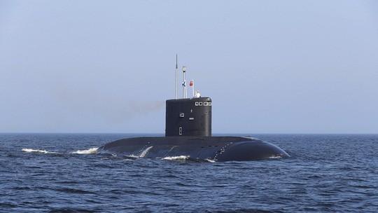 Tàu ngầm Nga bốc cháy, nhiều người chết ngạt - Ảnh 1.
