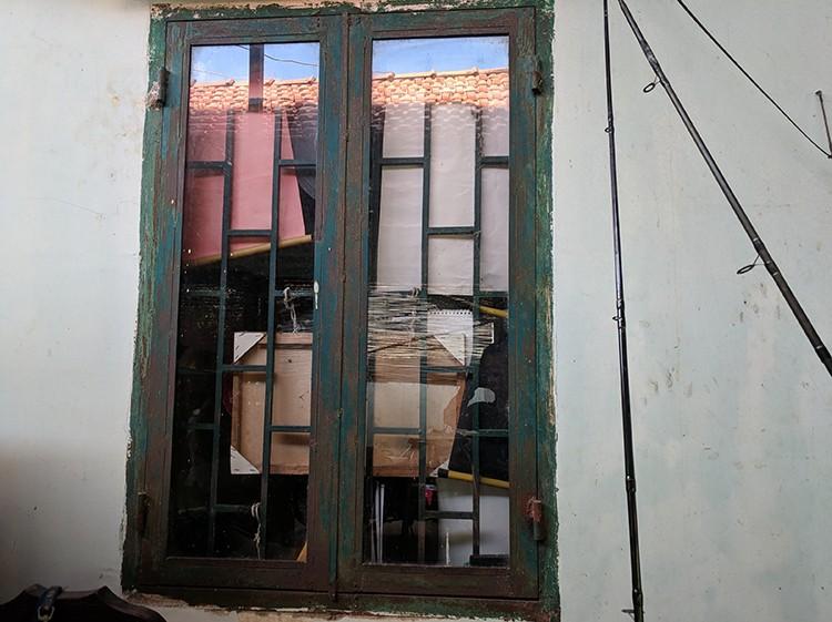Cửa sổ phòng con trai ông Ngà bị nhóm thanh niên nạy, vào trong khống chế cậu bé. Ảnh: Minh Tân.