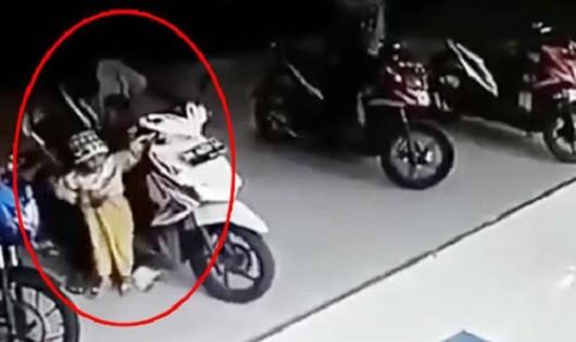 Bé trai tử vong do vặn tay ga xe máy khi xe đang nổ máy