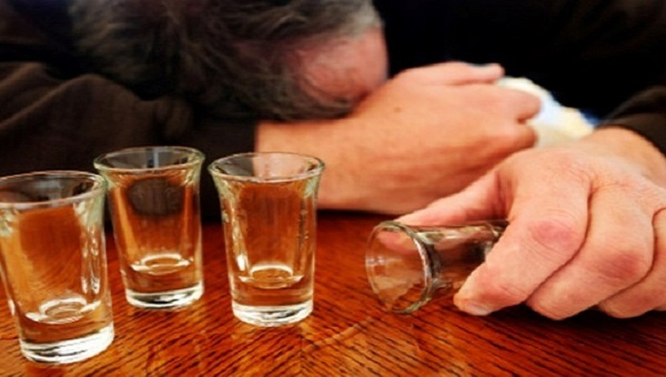 Ấn Độ: 72 người tử vong vì uống rượu không rõ nguồn gốc