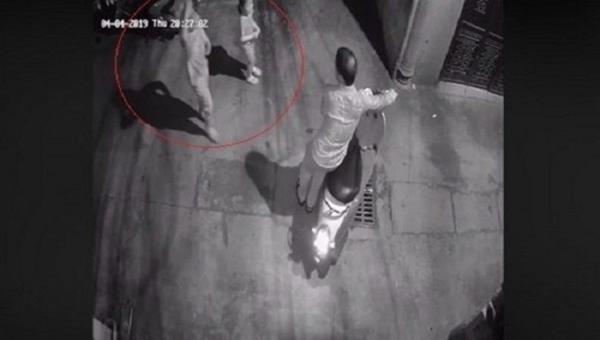 Tạm giữ nghi phạm xâm hại bé gái trong ngõ vắng Hà Nội - Ảnh 1