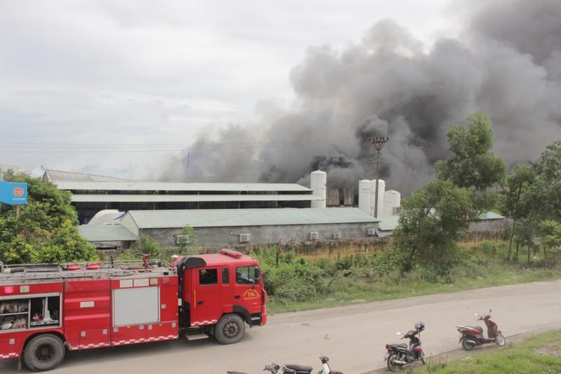 Hơn 100 cán bộ PCCC nỗ lực dập lửa tại 3 nhà xưởng hàng ngàn mét vuông