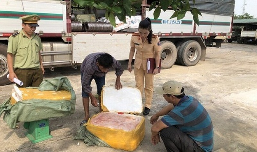 CSGT Hải Dương:bắt giữ ô tô chở 3 tấn mỡ lợn thối