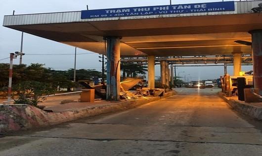 Cabin trạm thu phí Tân Đệ bị container húc đổ trong đêm