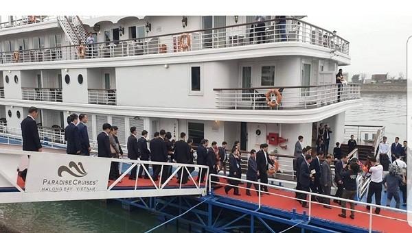 Phái đoàn Triều Tiên lên du thuyền thăm Hạ Long