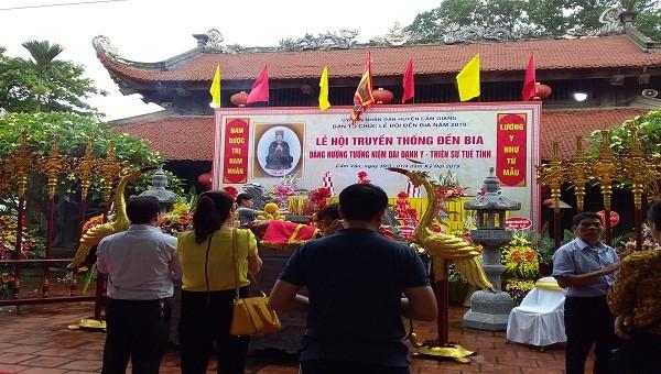 Lễ hội đền thờ danh Tuệ Tĩnh: Tặng 1.000 gói thuốc Nam cho du khách