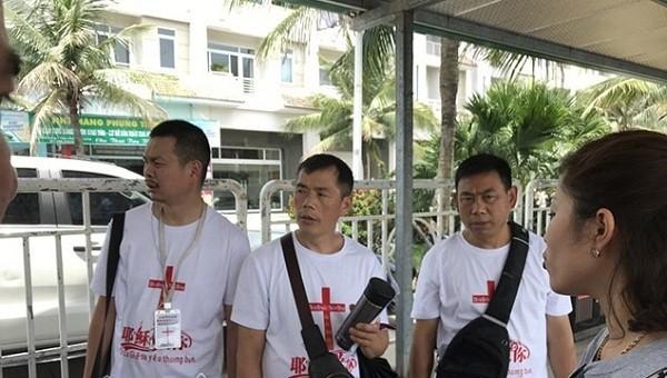 Quảng Ninh: Du khách nước ngoài phát tờ rơi truyền đạo trái phép tại Cảng Tuần Châu