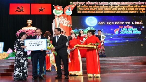 Vietjet vinh dự nhận bằng khen của Chính phủ về những đóng góp cho cộng đồng  