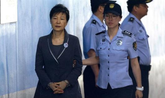 Luật bất vị thân, cựu tổng thống Hàn Quốc bị tuyên 24 năm tù, phạt 18 tỷ won