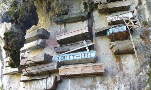 Độc đáo tập tục treo quan tài người chết trên vách đá