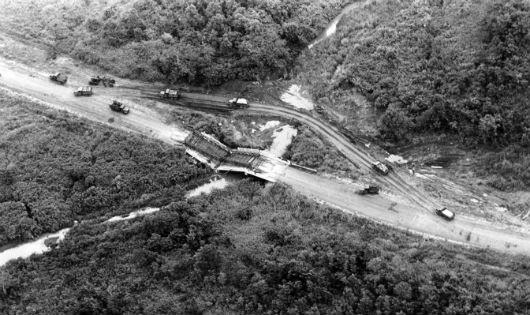 Cuộc tháo chạy bi thảm của quân đội Sài Gòn (Bài 2): Đoàn xe 2.000 chiếc nằm chờ cầu