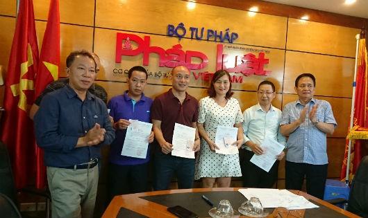 Trao thẻ cho 5 đảng viên Báo Pháp luật Việt Nam