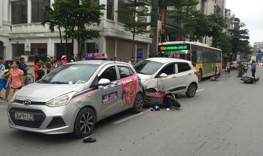 Ô tô 'điên' đâm liên hoàn tại Hà Nội, 3 người nhập viện