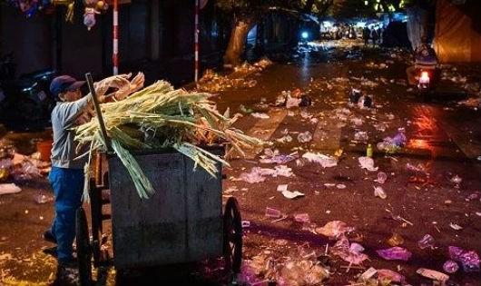 Báo động từ cảnh rác thải ngập phố cổ Hà Nội sau Trung thu