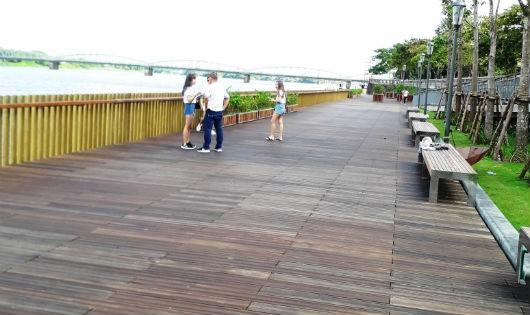 Hồi hộp chờ đường đi bộ lát sàn gỗ lim 64 tỉ đồng bên bờ sông Hương
