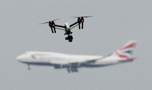 """Sân bay Anh náo loạn vì máy bay không người lái: Hành động ác ý, hay """"trò giải trí"""" nguy hiểm?"""