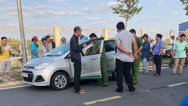 Tài xế taxi nghi bị hành khách cứa cổ trong đêm