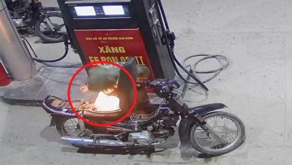 Xôn xao clip nam thanh niên bật lửa kiểm tra xăng xe