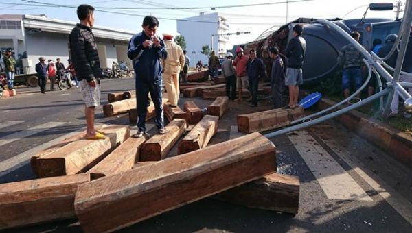 Xe container chở gỗ đè bẹp ô tô bán tải chạy cùng chiều