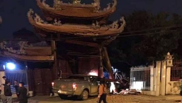 Tài xế say xỉn tự đâm đổ cổng chùa