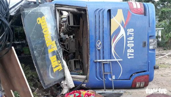 Hàng chục người bị thương khi xe khách lao vào nhà dân