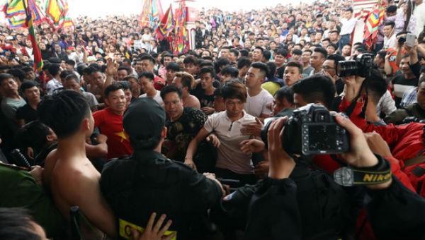 Hàng trăm thanh niên gây hỗn loạn tại lễ hội, đòi 'cướp' phết lấy may