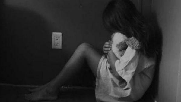 """Bé gái ở nhà một mình bị """"người tình"""" của mẹ hiếp dâm"""