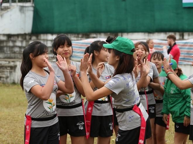 Thân (bên trái) đang khởi động cùng đồng đội trước trận thi đấu