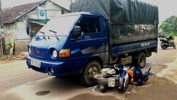 Bất tuân hiệu lệnh, ô tô chở gỗ tông bị thương CSGT